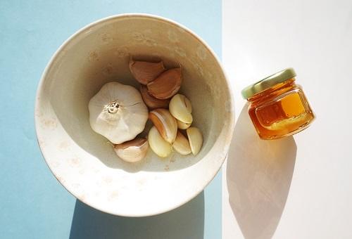trị mụn bằng tỏi và mật ong