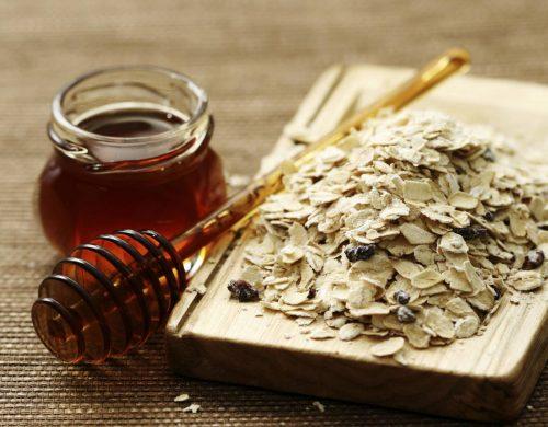 trị mụn trứng cá bằng mật ong và bột yến mạch
