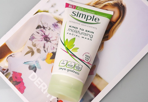 Sữa rửa mặt Simple Skin To Skin Moisturising Facial Wash
