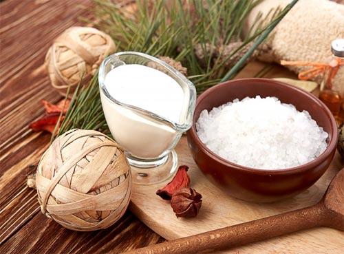 trị mụn bằng sữa tươi và muối