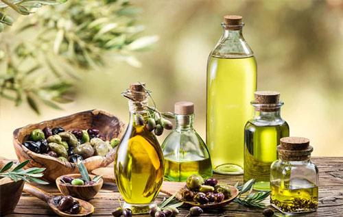 trị mụn cám bằng dầu oliu